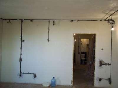 Проложенная по стенам проводка