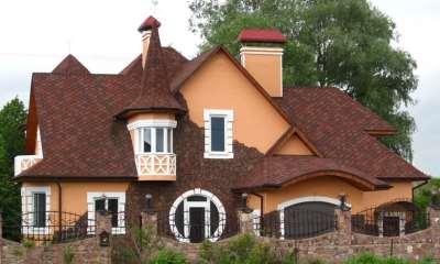 дом, обшитый битумной черепицей, фото