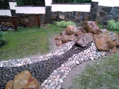 сухой ручей из цветных камней