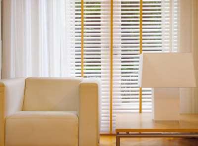 Вертикальные и горизонтальные жалюзи для красивого оформления оконных проемов