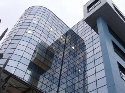 Остекление фасада здания с помощью алюминиевых витражей