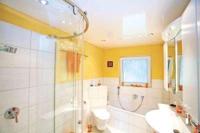 Множество причин выбрать именно натяжной потолок для ванной комнаты