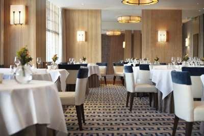 Тонкости выбора столов для ресторана