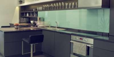 Стеклянный фартук – лучшее украшение современной кухни