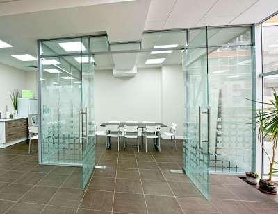 Использование стеклянных перегородок в офисах и жилых комнатах