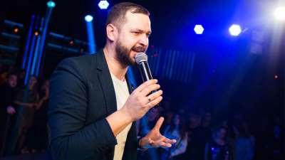 Квалифицированный и опытный ведущий мероприятий Максим Олейник