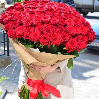 Букет 101 роза — запоминающийся знак внимания
